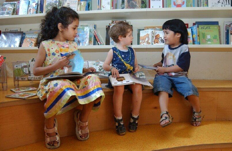 2006 Mia con bambini in biblioteca