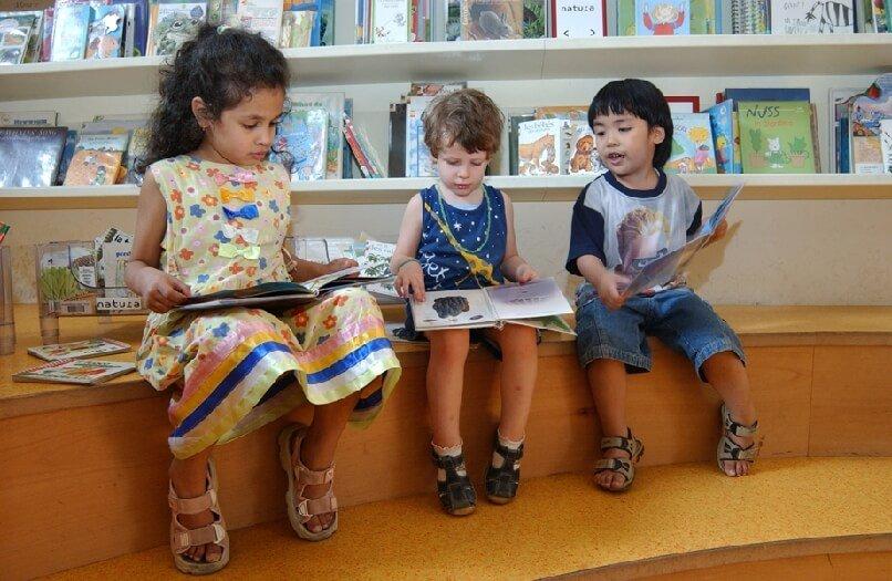 2006 Mia con dei bambini in biblioteca
