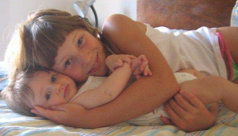 2008 Micol e Maia sul letto