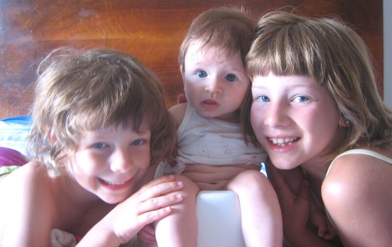 2008 le 3 sorelline con Maia sul vasino