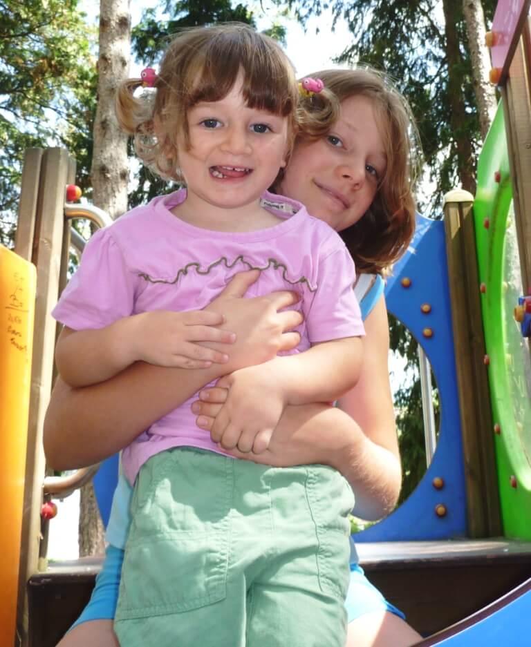 2010 Maia e Micol sullo scivolo