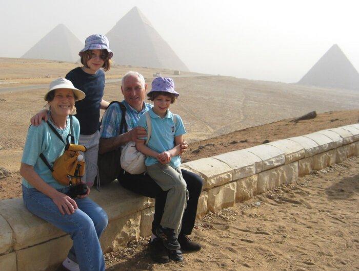 2010 Mia e Micol con nonni in Egitto